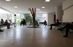 نور طبیعی در سالن انتظار بیمارستان